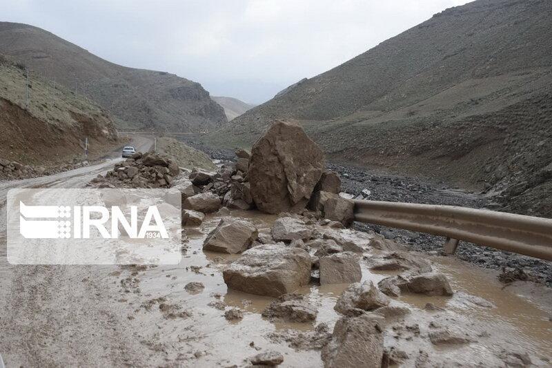 خبرنگاران ریزش کوه باعث مسدود شدن جاده قدیم اندیمشک-پل زال شد