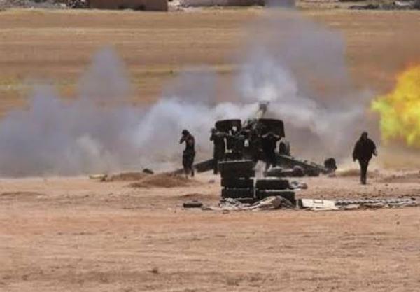 ضربات سنگین ارتش سوریه به مواضع تروریست ها در حومه حماه و ادلب